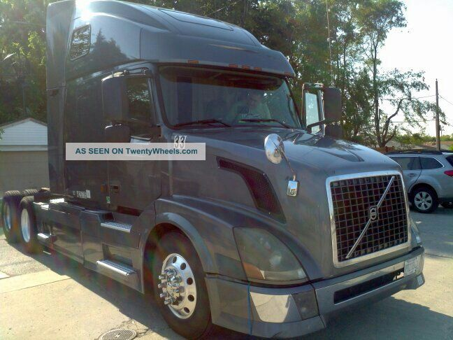 2004 Volvo 670 Sleeper Semi Trucks photo