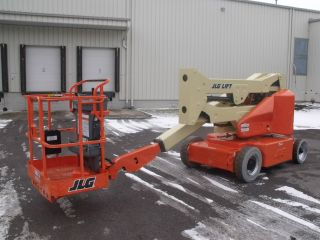 Jlg E400an Aerial Manlift Boom Lift Man Boomlift Painted Works In Narrow Isles photo