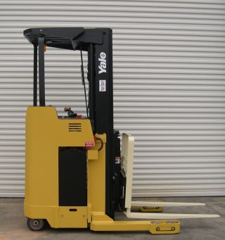 Yale Reach Lift Truck 4000 Lb Capacity Electric Forklift Order Picker photo