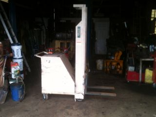 Beech Lift Truck - Battery Powered Counterweight Stacker photo