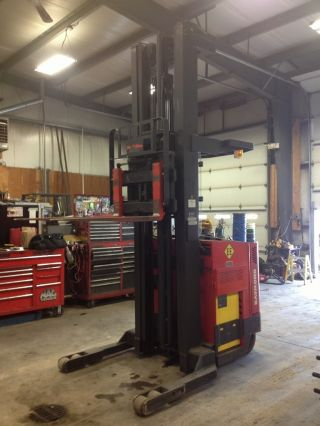 Raymond Easi Reach Forklift photo