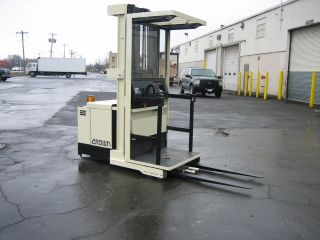 Crown Forklift Order Picker 3000lb Capacity 210