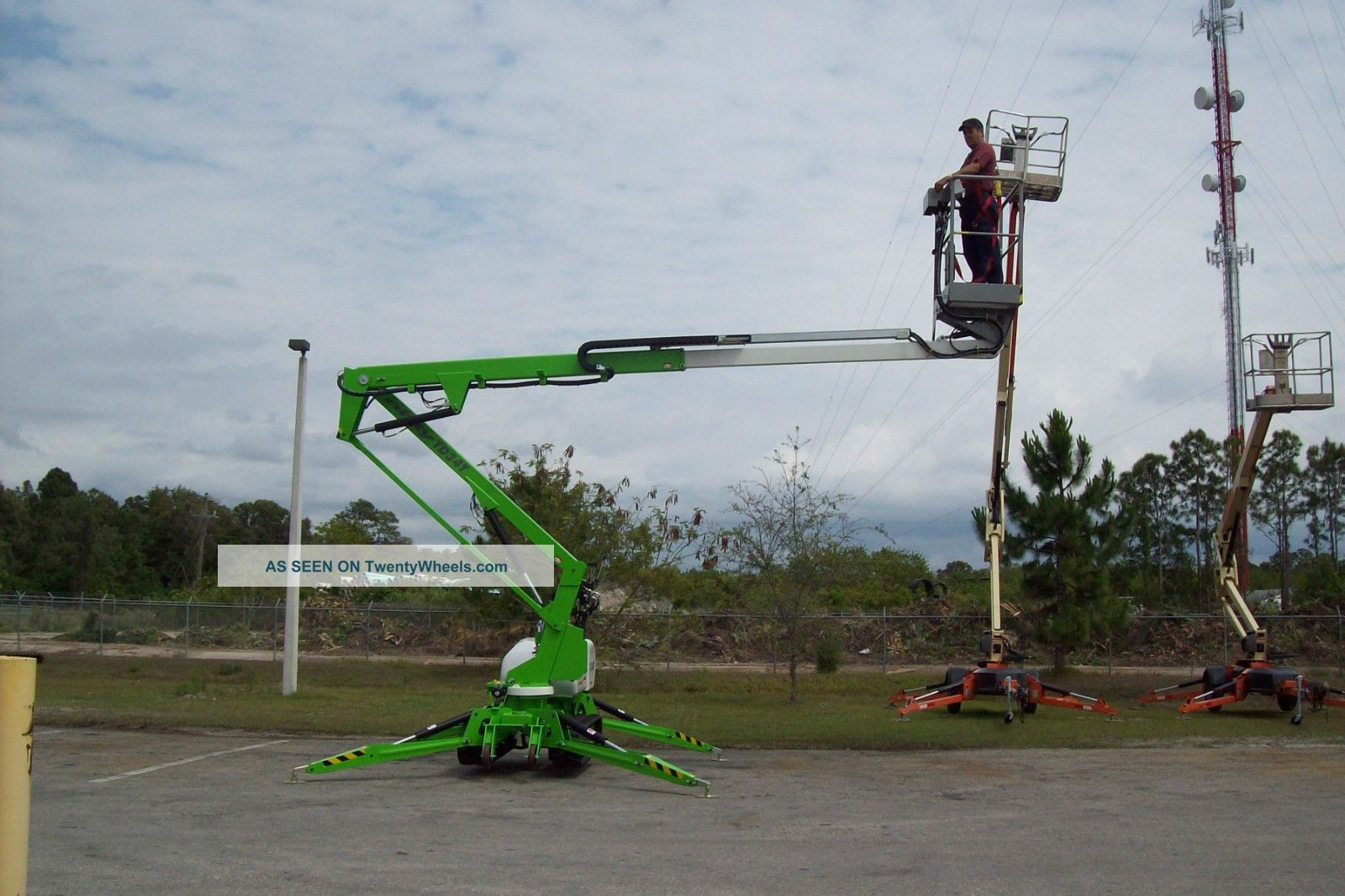 Nifty Td34t 40 ' Track Boom Lift,  40 ' Work Height,  4000 Lbs,  Climbs 60% Grade,  New2013 Lifts photo