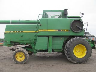 John Deere 7720 Titan 2 Combine photo