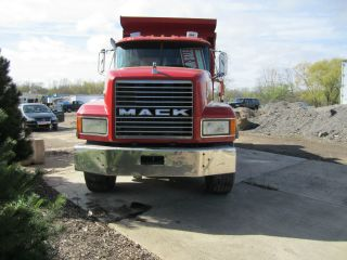 1999 Mack Cl 700 photo