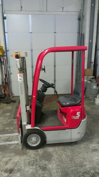 Ultra Compact Toyota 1000lb Pneumatic Tire Forklift photo