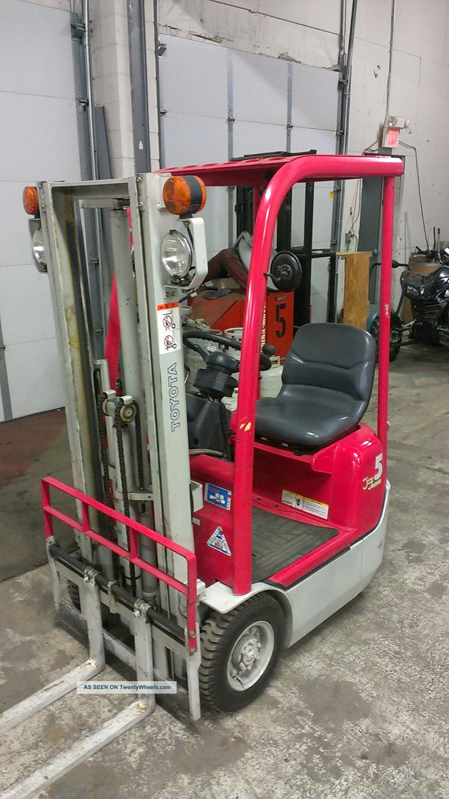 Ultra Compact Toyota 1000lb Pneumatic Tire Forklift