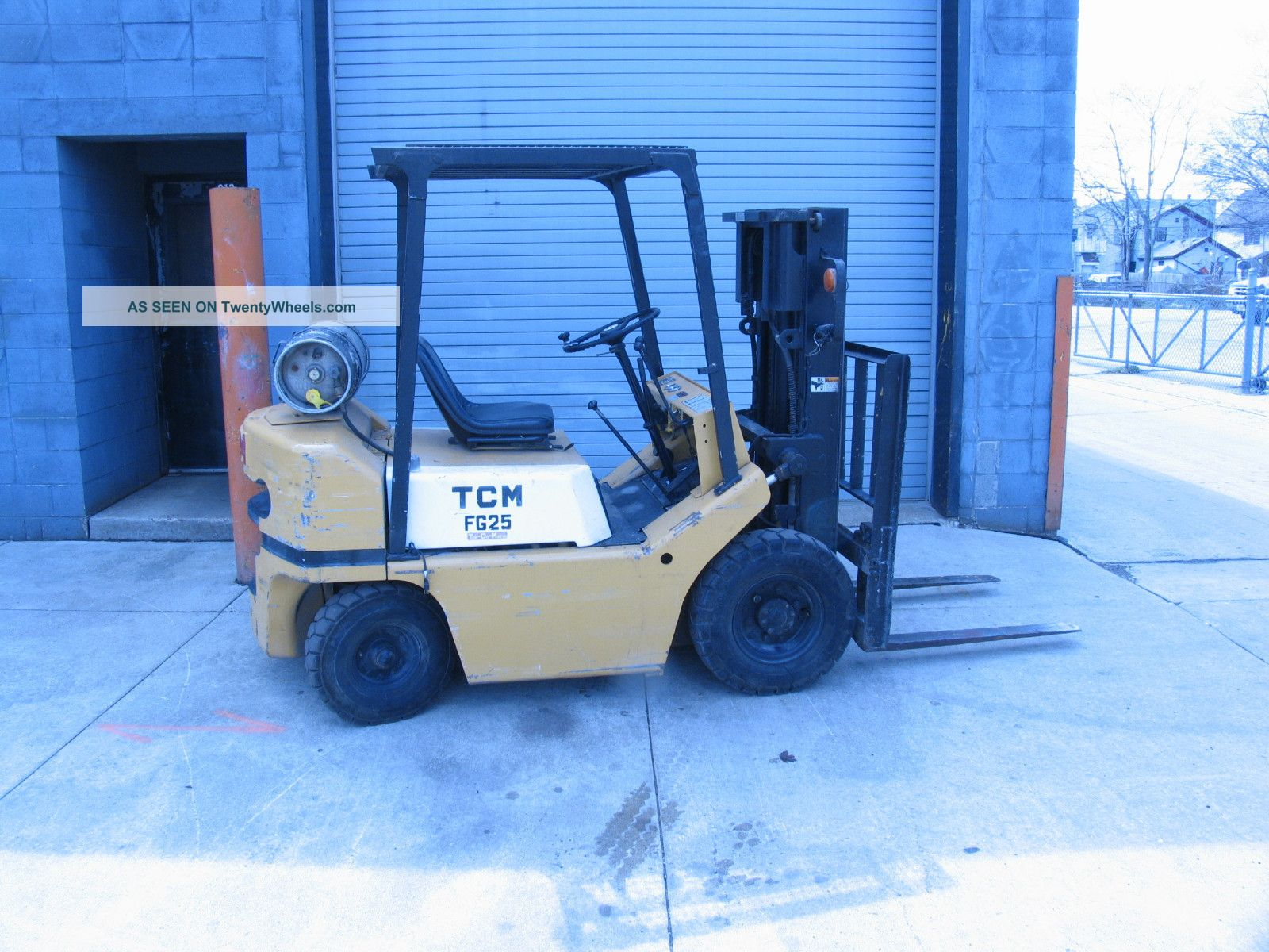 Tcm Fg25 Pneumatic Tire Forklift Triple Mast Forklifts & Other Lifts photo