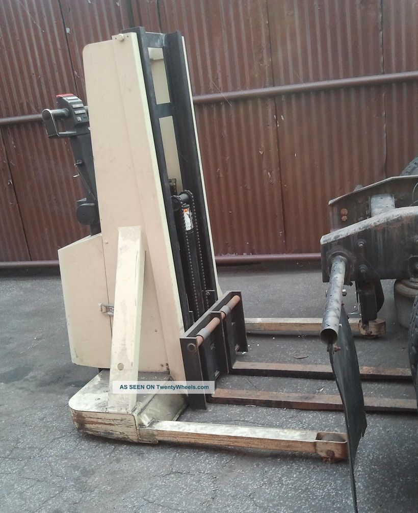 Crown 20mt 2000lb Capacity Forklift Forklifts & Other Lifts photo