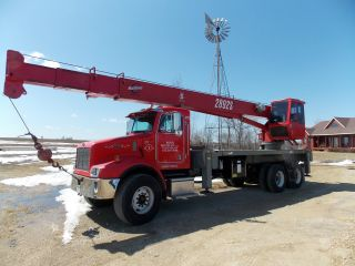 2001 Peterbuilt 330 Boom Truck With Manitowoc 2892s Crane photo