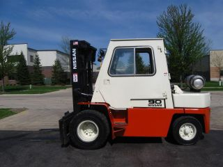 Nissan 9000 Lb Capacity Forklift Lift Truck Pneumatic Tire With Heated Cab photo