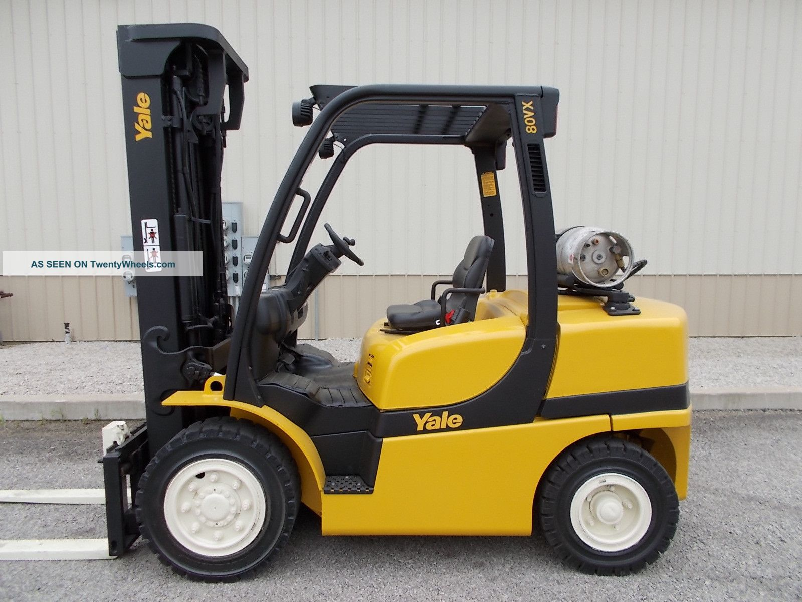 2010 Yale 8000 Lb Capacity Forklift Lift Truck Pneumatic Tire Clear View Mast Forklifts photo