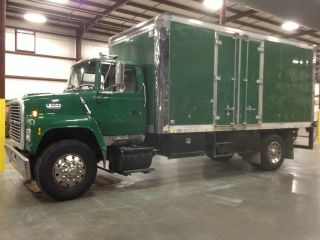 1992 Ford L8000 photo