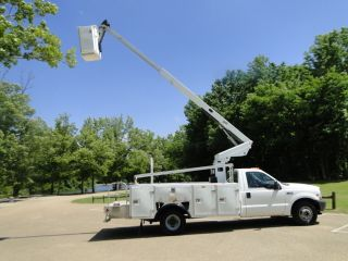 2003 Ford Bucket Truck photo