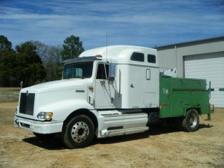 1998 9200 International Service Truck photo
