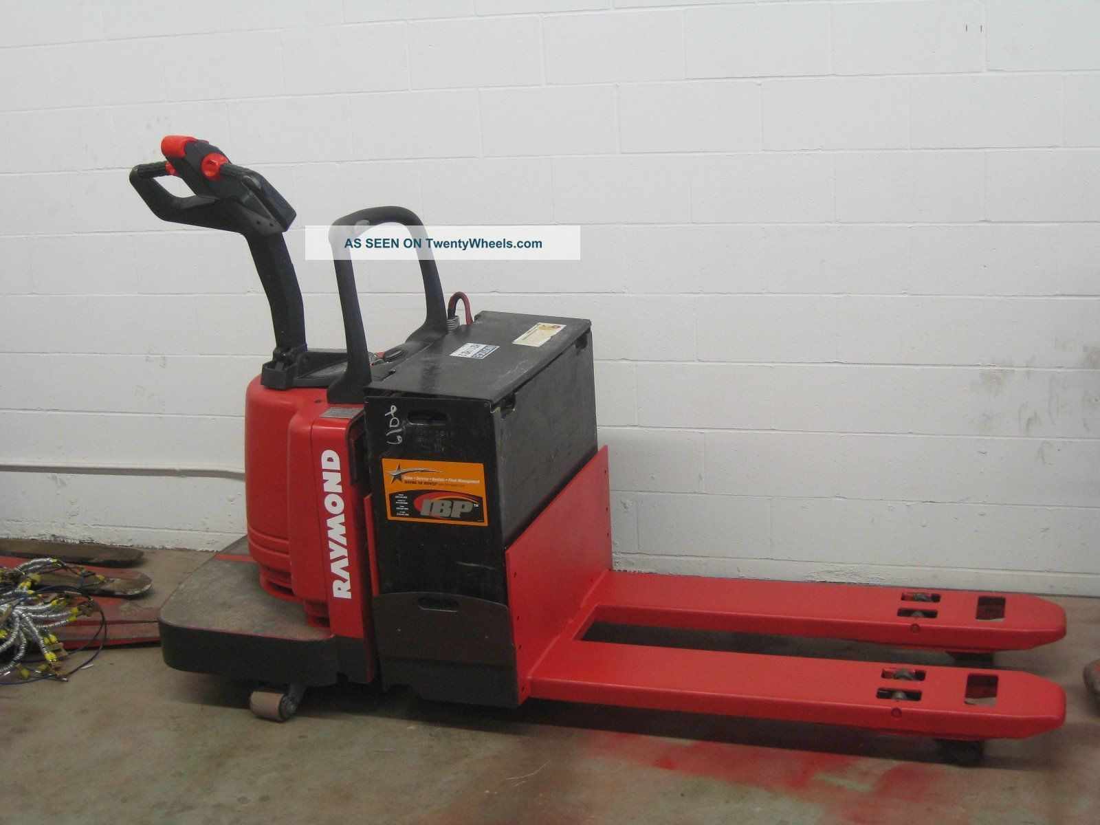 2004 Raymond Electric Pallet Jack Rider On