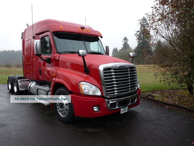 2011 Freightliner Cascadia Sleeper Semi Trucks photo