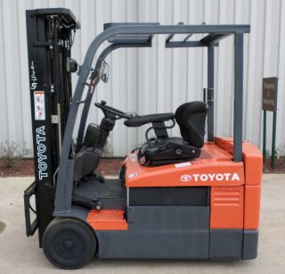 Toyota Model 7fbeu20 (2006) 4000lbs Capacity Great 3 Wheel Electric Forklift photo