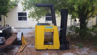 Crown 35r Electric Stand Up Forklift Needs Battreys Great Shape photo