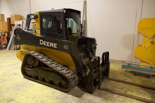 John Deere 323e Skid Steer photo