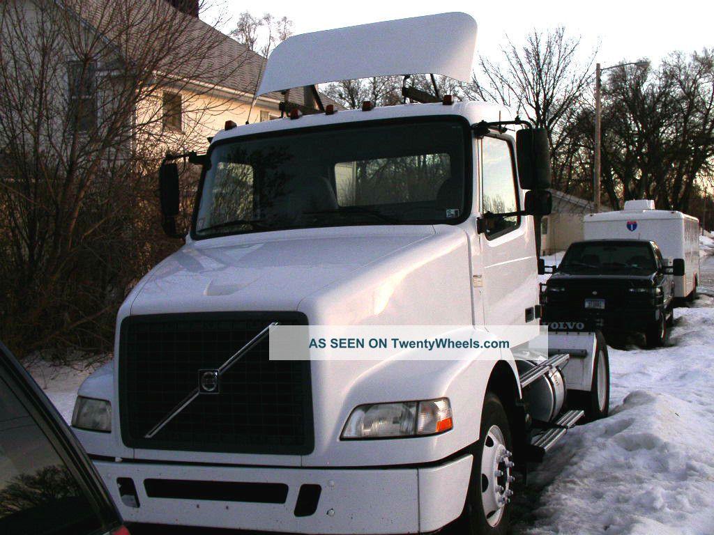 2005 Volvo Vnm42t Sleeper Semi Trucks photo
