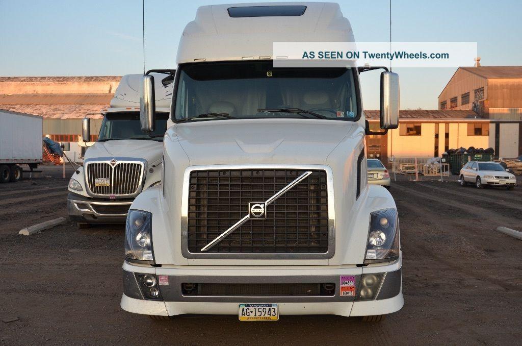 2011 Volvo Vnl 670 Sleeper Semi Trucks photo