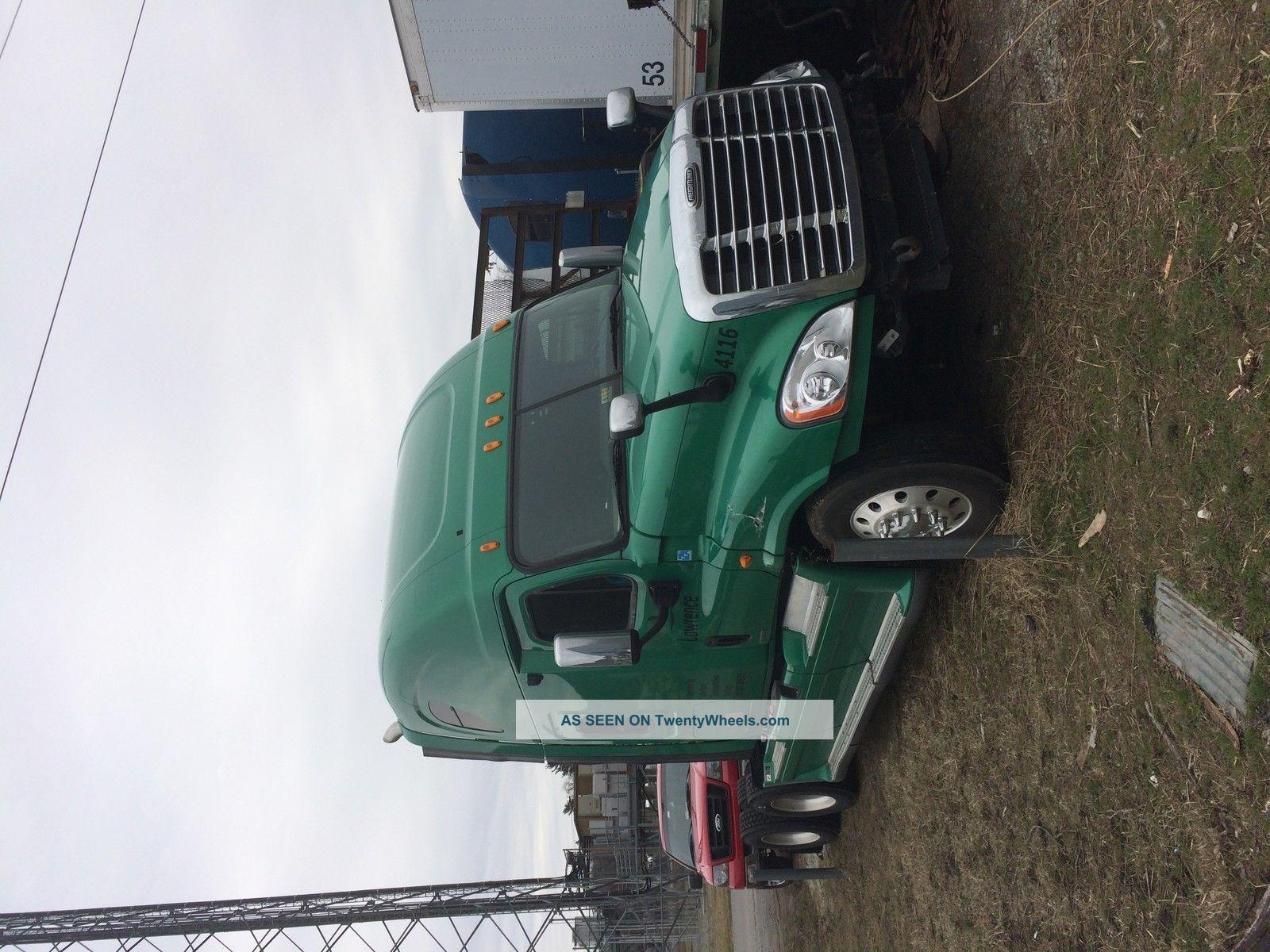 2009 Freightliner Cascadia Sleeper Semi Trucks photo