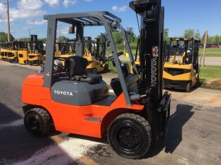 Toyota Pneumatic 7fgu30 6000lb Forklift Lift Truck photo