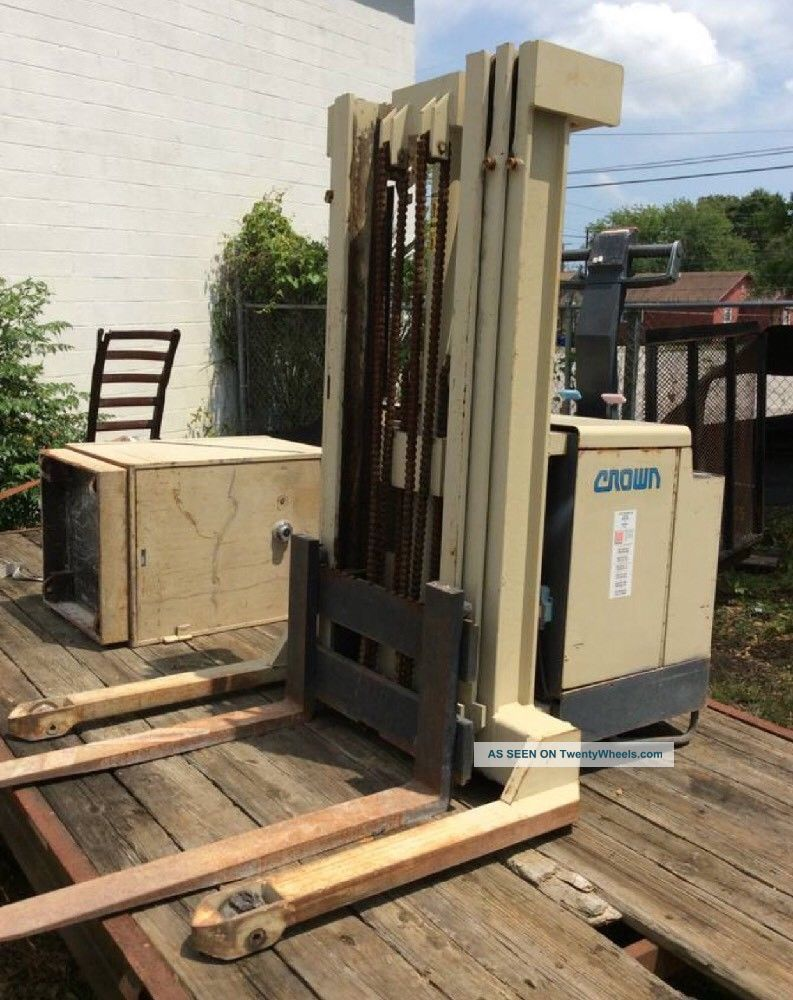 Crown 30wtt 3,  000lbs Industrial Warehouse Electric Forklift Stacker Forklifts photo