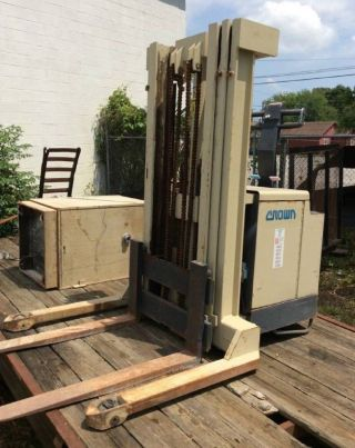 Crown 30wtt 3,  000lbs Industrial Warehouse Electric Forklift Stacker photo